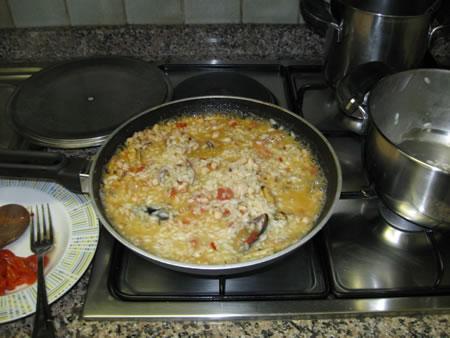 Il risotto appena versato nella padella con il sugo alla pescatora