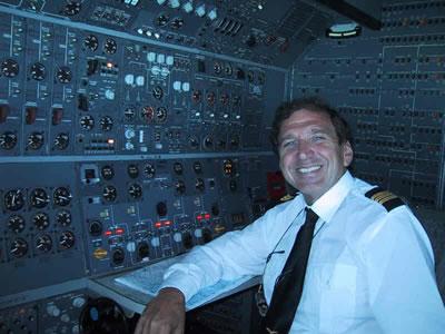 Luciano Bragalone durante il servizio al pannello del B747/200